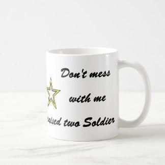 No ensucie conmigo que crié a dos soldados taza clásica