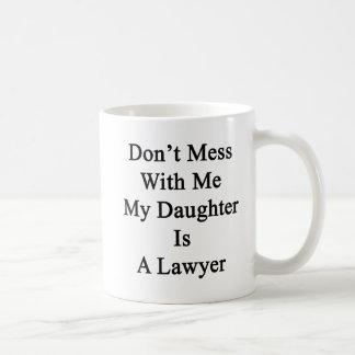 No ensucie conmigo que mi hija es abogado taza clásica