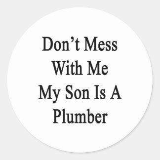 No ensucie conmigo que mi hijo es fontanero pegatinas redondas