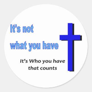 No es qué usted tiene, él es quién usted tiene pegatinas redondas
