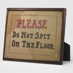 No escupa por favor en la antigüedad del vintage placas
