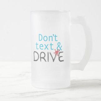 No hace la taza del texto y de cerveza de la