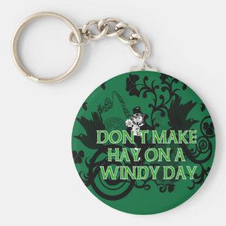 No haga el heno en un día ventoso llavero redondo tipo pin
