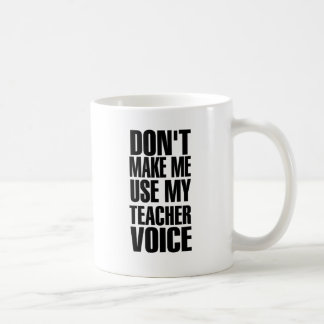 No haga que utiliza mi voz del profesor (el negro) taza básica blanca