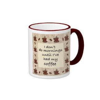 No hago mañanas hasta que haya tenido mi café taza a dos colores