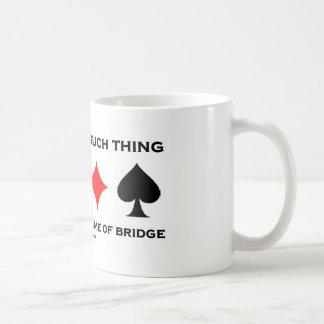 No hay cosa tal como el juego amistoso del puente taza de café