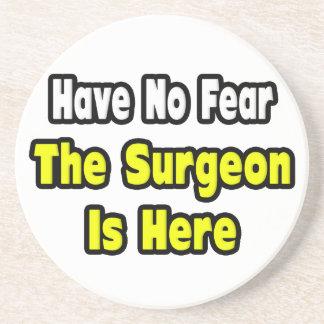 No hay miedo, el cirujano aquí posavasos de arenisca