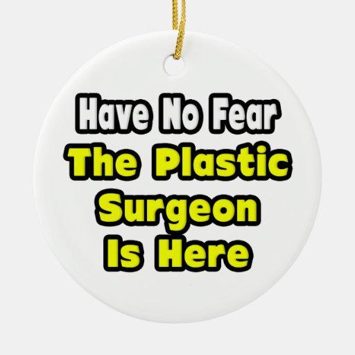 No hay miedo, el cirujano plástico aquí adorno redondo de cerámica