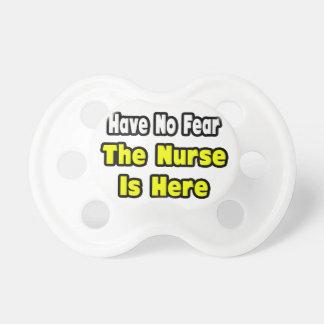 No hay miedo, la enfermera aquí chupete de bebé