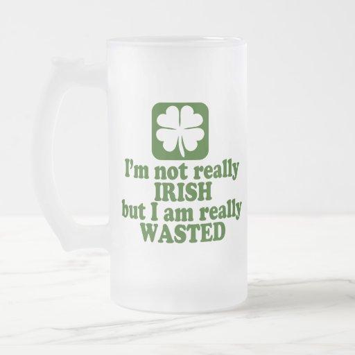 No irlandés apenas perdido taza de cristal