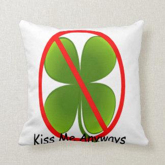 No irlandés, béseme de todos modos cojín decorativo