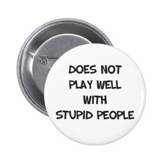 No juega bien con el botón estúpido de la gente
