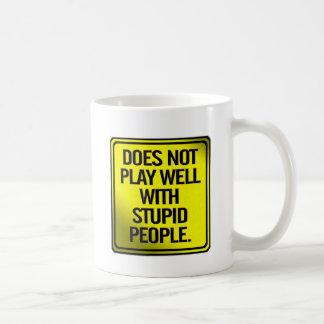 No juega bien con la gente estúpida taza básica blanca