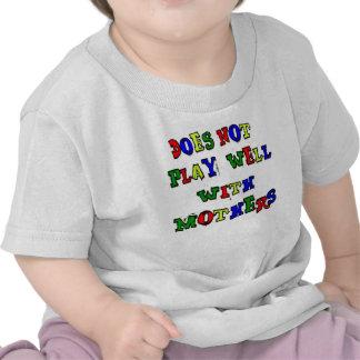 No juega bien con las madres camiseta