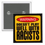 No juega bien con los racistas pin cuadrado