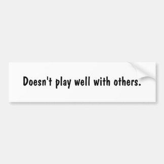 No juega bien con otros etiqueta de parachoque