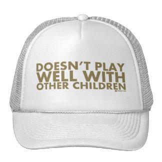 No juega bien con otros niños gorros