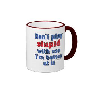 No juegue estúpido conmigo la taza