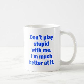 No juegue estúpido conmigo taza básica blanca