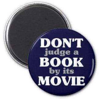 No juzgue un libro por su película imán redondo 5 cm