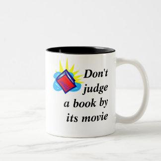No juzgue un libro por su película taza de dos tonos