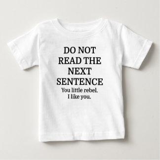 No lea la frase siguiente playera de bebé