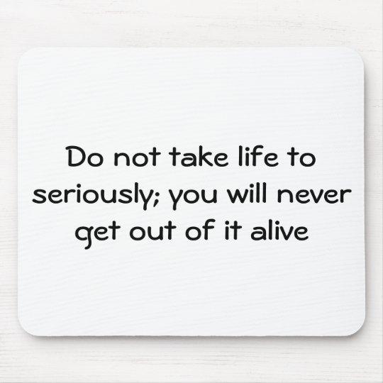No lleve la vida seriamente; usted nunca g… mouse pad