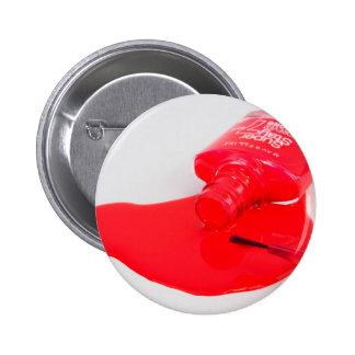 No llora el esmalte de uñas encima derramado pin redondo de 2 pulgadas