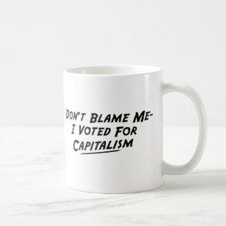 No me culpe -Yo votó por capitalismo Taza Básica Blanca