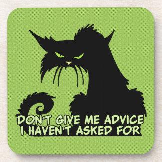 No me dé el consejo el decir enojado del gato posavasos