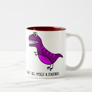 """""""No me llamaría lema divertido de un dinosaurio"""" Taza De Dos Tonos"""