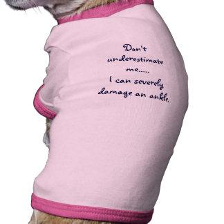 No me subestime… (la camisa del perro de juguete) camiseta de perro