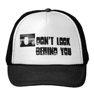 No mire detrás de usted el gorra