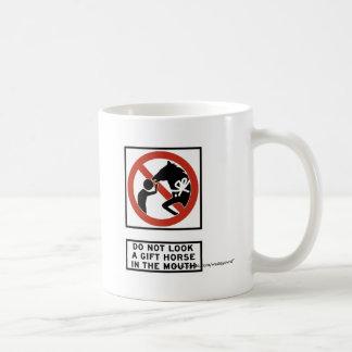 No mire un caballo de regalo en la muestra de la b tazas de café
