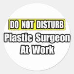 No moleste… al cirujano plástico en el trabajo pegatinas redondas