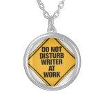 No moleste al escritor en el trabajo collares personalizados