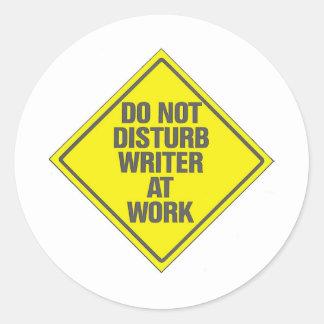 No moleste al escritor en el trabajo pegatinas redondas