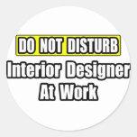 No moleste… al interiorista en el trabajo pegatina redonda
