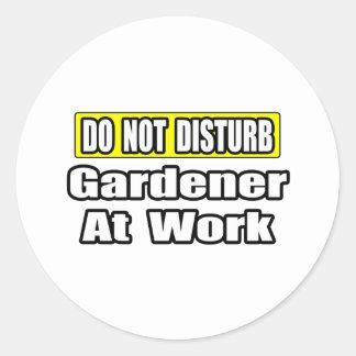 No moleste… al jardinero en el trabajo pegatina redonda