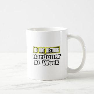 No moleste… al jardinero en el trabajo taza básica blanca