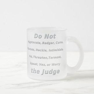 No moleste al juez taza de café esmerilada