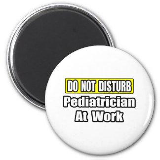 No moleste… al pediatra en el trabajo imán redondo 5 cm