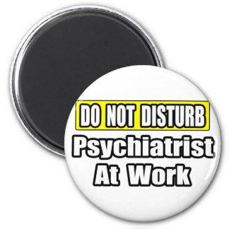 No moleste… al psiquiatra en el trabajo imán redondo 5 cm