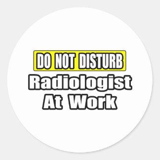 No moleste… al radiólogo en el trabajo pegatina redonda