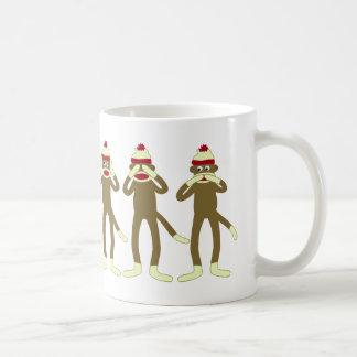 No oiga, vea, hable ningún mono del calcetín del m tazas de café