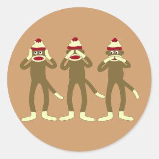 No oiga, vea, hable ningún mono del calcetín del pegatina redonda