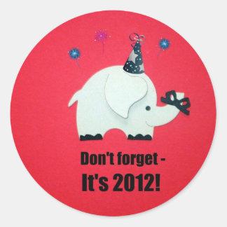 ¡No olvide, él es 2012! Pegatina Redonda