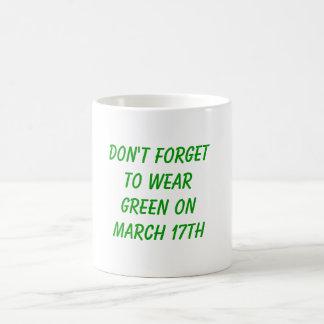 No olvide llevar verde el 17 de marzo taza clásica