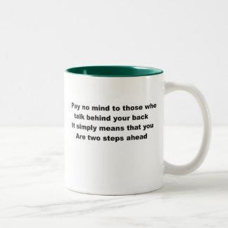 No pague ninguna mente a las que hablen detrás de taza de dos tonos