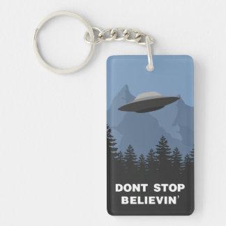 No pare Believin'… (el UFO) Llavero Rectangular Acrílico A Doble Cara